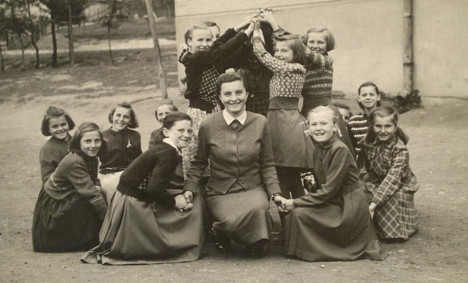 Učiteľka Júlia Zelinová so žiačkami piatej triedy