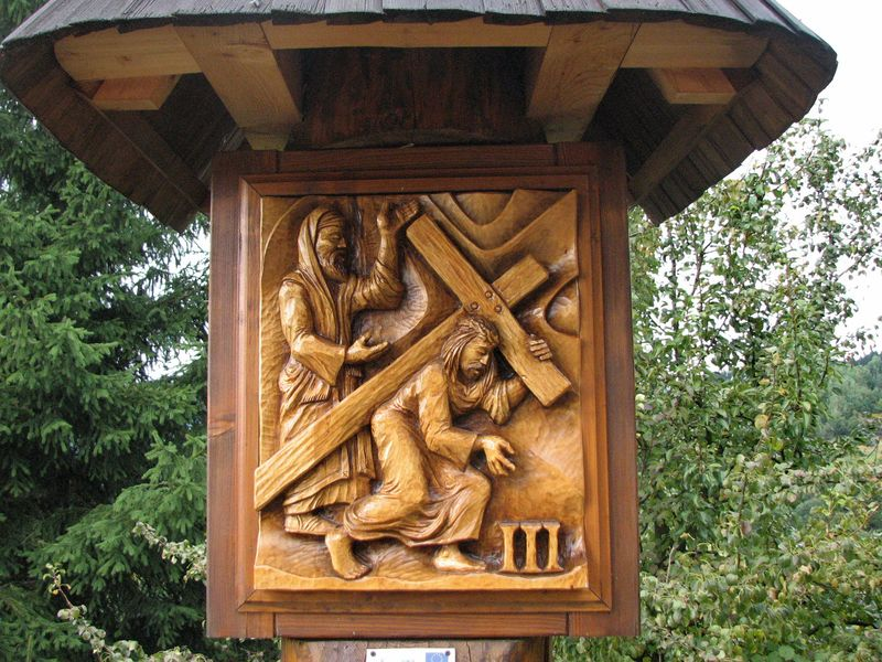 Drevorezby na zastaveniach Krížovej cesty v Kysuckom Lieskovci
